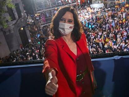 Isabel Díaz Ayuso posa anoche en el balcón de la sede del PP.