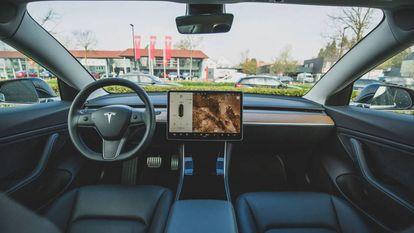 Interior de un Tesla Model 3.