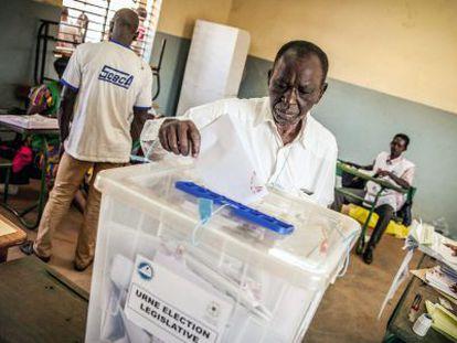 Un burkinés vota este domingo en la capital, Uagadugu.