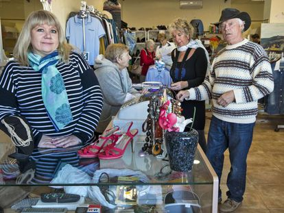 Michelle Ball, a la izquierda, vende en su tienda de La Xara, Alicante, objetos donados por británicos con fines benéficos.