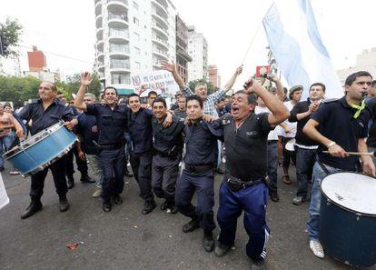 Protesta de policías en La Plata para exigir subidas salariales.