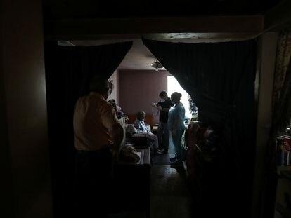Un doctor se prepara para revisar a una mujer en su casa luego de recibir la segunda dosis de la vacuna contra el coronavirus en Santiago, Chile, el pasado 3 de marzo.