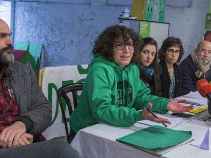 Las entidades que defienden el derecho a la vivienda durante la presentación de la moción para aumentar el parque de pisos sociales.
