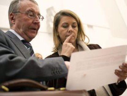 La presidenta de Castilla-La Mancha junto al consejero de hacienda, Diego Valle
