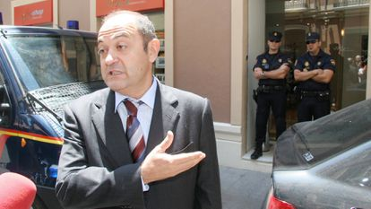 Jesús Ruiz, president of the real estate company Aifos, speaks with journalists during the police search in Malaga on the occasion of the 'Malaya case', in 2006.