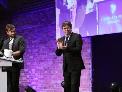 El 'expresident' Carles Pugidemont, a la derecha, este lunes en la gala de la fundación Cinema for Peace (Cine por la paz) en Berlín.