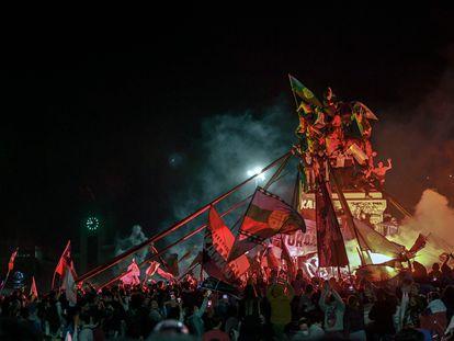 Manifestantes que apoyaban la reforma de la constitución chilena celebran los resultados del referéndum en Plaza Italia en Santiago el 25 de octubre de 2020.