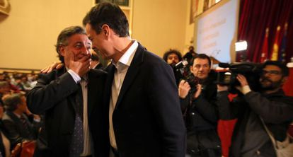 Pedro Sánchez saluda este jueves a Pepu Hernández durante la reunión de antiguos alumnos del instituto Ramiro de Maeztu