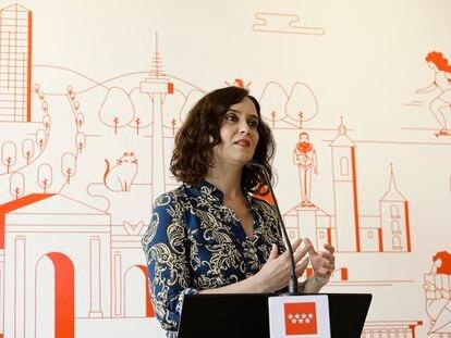 La presidenta de la Comunidad de Madrid, Isabel Díaz Ayuso, durante su intervención en la reapertura del Centro de Turismo de la Comunidad de Madrid en la Puerta del Sol, acompañada por la consejera del ramo, Marta Rivera de la Cruz.