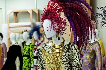Algunos de los diseños vestidos por Naty Abascal expuestos en la Fundación Jumex.