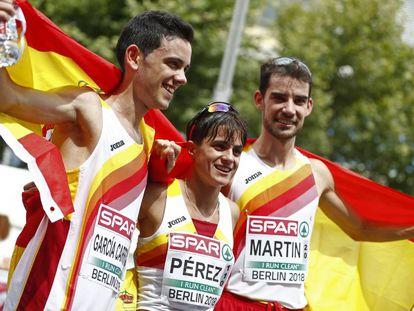 De derecha a izquierda, Álvaro Martín, medalla de oro en 20km, María Pérez, oro femenino, y Diego García, plata masculina, este sábado en Berlín.