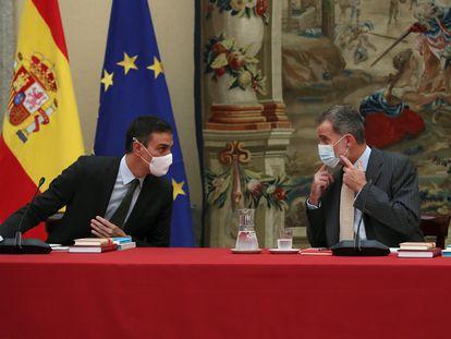 El presidente del Gobierno, Pedro Sánchez, y el rey Felipe VI, en el Patronato del Instituto Cervantes en el Pardo, el 6 de octubre.