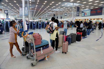 Cola de pasajeros para facturar el equipaje en el aeropuerto de París Orly, que reabre al público este viernes.