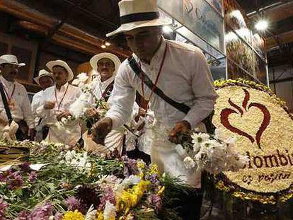 Los silleteros de Medellín (Colombia) hacen demostraciones de su arte floral en la pasada edición de Fitur.