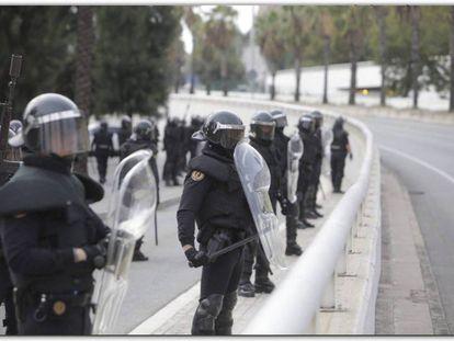Agentes de la Guardia Civil desplegados en Cataluña para hacer frente a los disturbios.