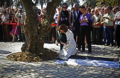 Pilar del Río, viuda del escritor portugués José Saramago, deposita las cenizas del Premio Nobel de Literatura al pie de un olivo de su tierra natal, junto a la sede de su Fundación en Lisboa.