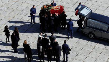 Familiares de Franco trasladan el cuerpo del dictador, el 24 de octubre.