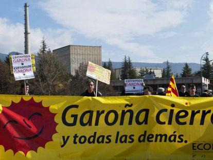 Concentración de ecologistas en las puertas de Garoña en agosto.