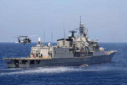 La fragata griega Psara, anteayer en un ejercicio militar en el Mediterráneo