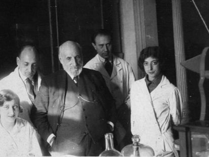 Cajal (centro), flanqueado por Carmen Serra (izquierda) y Enriqueta Lewy.