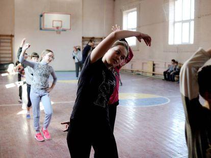 Niños haciendo deporte en un colegio de Ucrania.