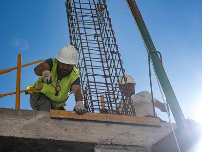 Trabajadores de la construcción, el 5 de mayo en una obra en Toledo.