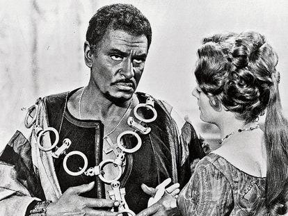 Laurence Olivier y Maggie Smith, en la versión cinematográfica de Otelo.
