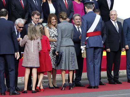 La infanta Sofía saluda a Felipe González en la Fiesta del 12 de Octubre junto a sus padres y hermana.