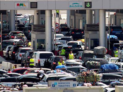 Colas de vehículos a la entrada de la zona de embarque del puerto de Algeciras (Cádiz), durante la Operación Paso del Estrecho del año pasado.