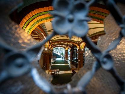 El interior del Palau de la Música, visto por uno de los agujeros causados por las pedradas en los incidentes de este sábado.