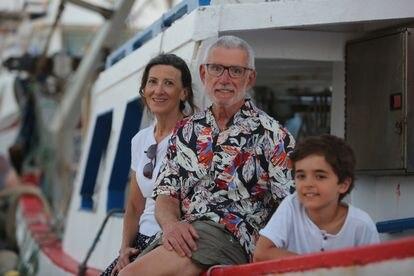 Arturo Gómez, su mujer y otro de sus nietos en Santa Pola (Alicante).