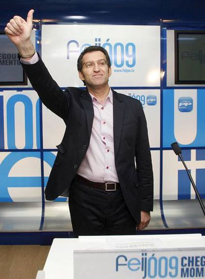 Alberto Núñez Feijóo saluda en la sala de prensa antes de ofrecer la primera declaración tras ser elegido nuevo presidente de la Xunta de Galicia en las elecciones gallegas 2009.