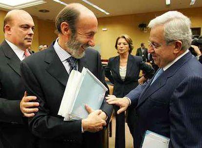 Rubalcaba, en el centro, habla con Jaime Ignacio del Burgo (UPN-PP) al inicio de la sesión.