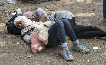 Dos mujeres duermen en un campo de refugiados en Serbia.