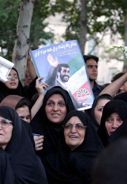 Simpatizantes del nuevo presidente celebran su victoria en Teherán.