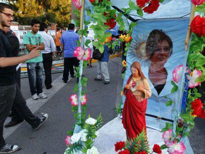 Simpatizantes de Cristina Fernández esperan su llegada al hospital Austral.