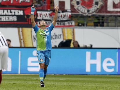 Chicharito celebra el gol.
