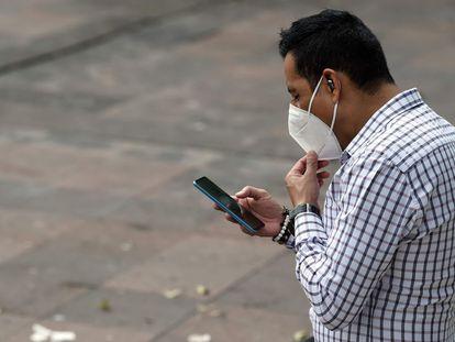 Un hombre mira su teléfono durante la caída completa de Facebook y sus redes Instagram y WhatsApp.