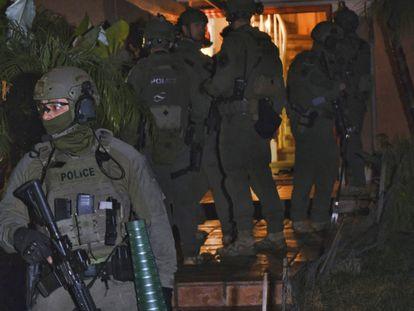 Agentes de la DEA registran la casa de un presunto narcotraficante en California.