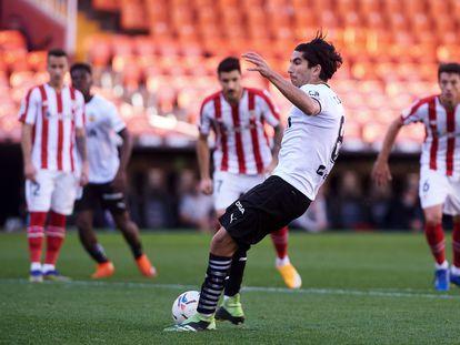 Carlos Soler lanza un penalti ante el Athletic este sábado en Mestalla.