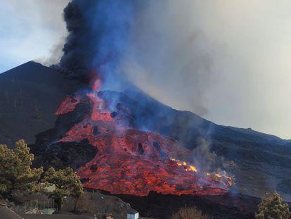 La colada del volcán de La Palma, este martes.
