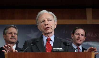 El senador Lieberman presenta la resolución en Washington.