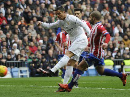 Cristiano dispara para marcar su primer gol.