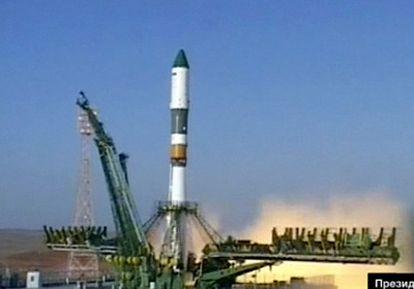 Imágenes tomadas de la televisión Rossiya 24 en el momento del despegue desde la base de Baikonur (Kazajistán)  del cohete Soyuz con el carguero espacial Progress en la punta.