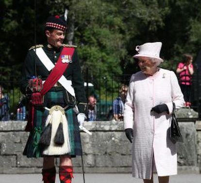 Isabel II junto a un oficial de la guardia en el castillo de Balmoral (Escocia), en agosto.