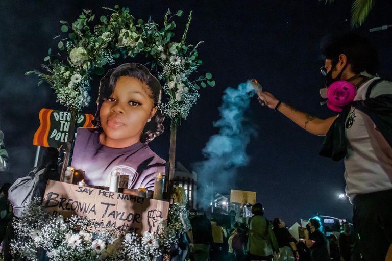 Manifestantes marchan contra la brutalidad policial en Los Ángeles, luego de una decisión sobre el caso Breonna Taylor.