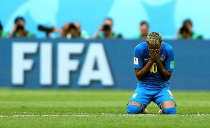 Neymar llora después de terminar el partido contra Costa Rica.