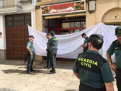 Varios guardias civiles frente al local del suceso.