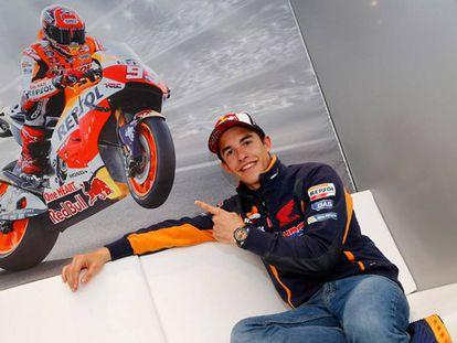Márquez señala una imagen suya en Honda.