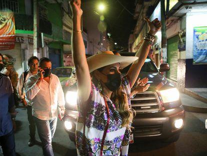 Evelyn Salgado, candidata a gobernadora en el estado de Guerrero, celebra con simpatizantes en Chilpancingo.